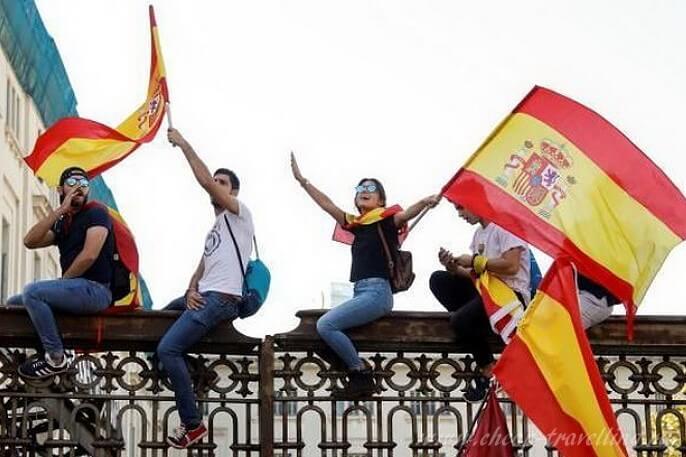 Испанцы с флагами