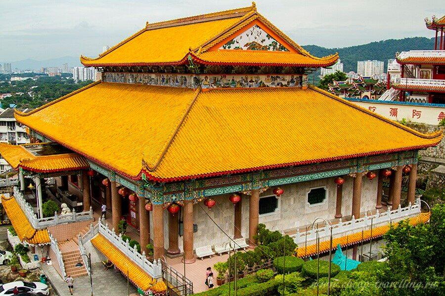 Желтая крыша храма