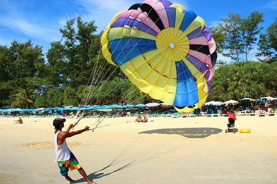 Таец с парашютом на пляже
