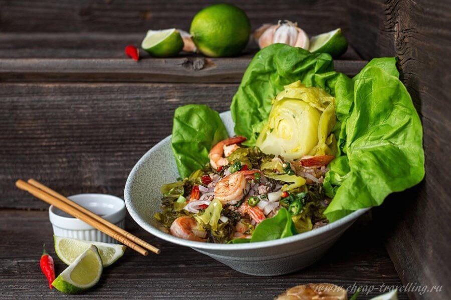 Салат из морепродуктов с зеленью