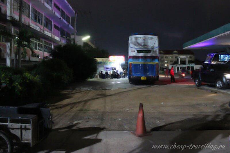 Автостанция. Слева от автобуса касса.