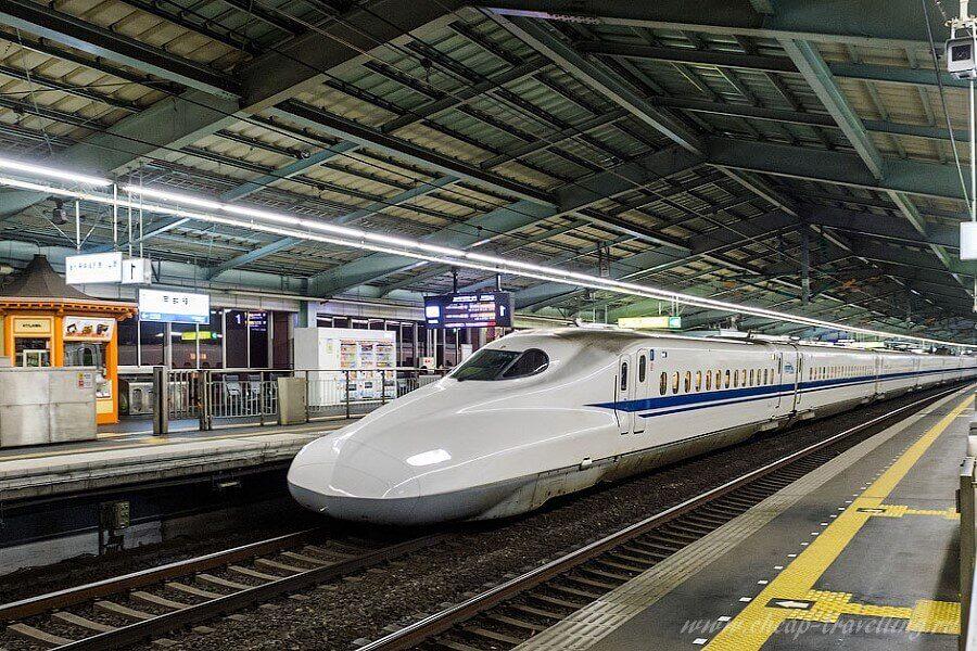 Поезд на станции в Японии фото